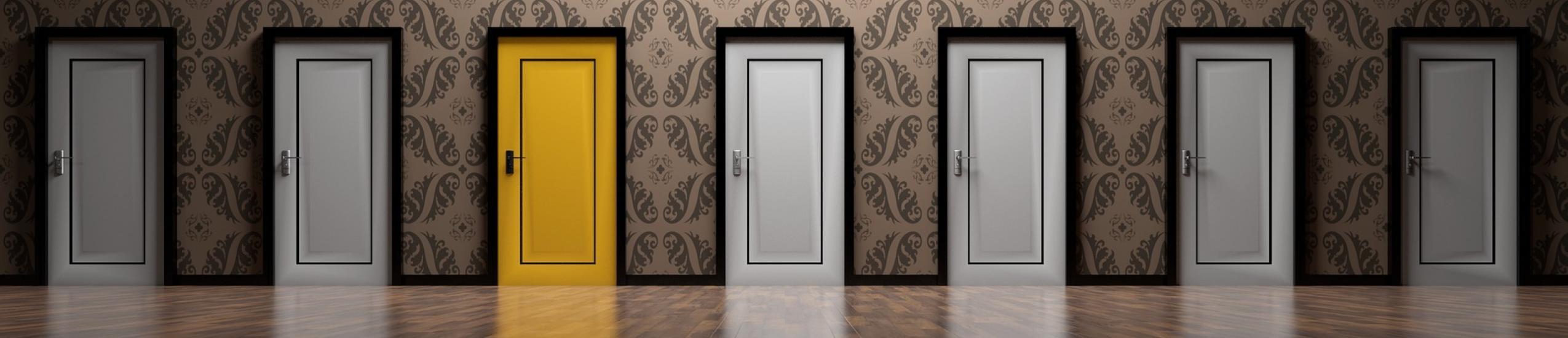 Foto di una parete con una serie di porte