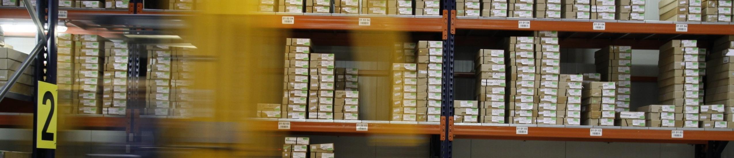 Foto di un muletto al lavoro in un magazzino