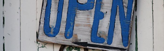 """Foto di un cartello con la scritta """"Open"""""""