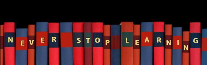 """pila di libri con sopra la scritta """"never stop learning"""""""