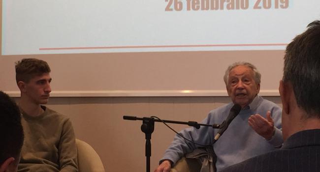 Gilberto Salmoni con un diplomato dell'Istituto Levi