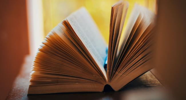Immagine libro aperto - Riapertura biblioteche sistema metropolitano