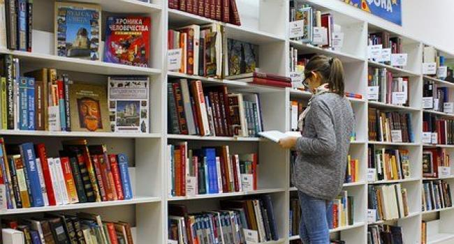 Immagine ragazza in biblioteca