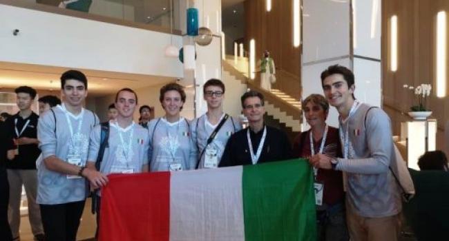 Gli studenti vincitori fotografati a DUBAI