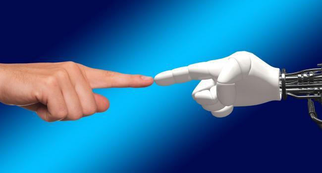mano umana che tocca mano robotica