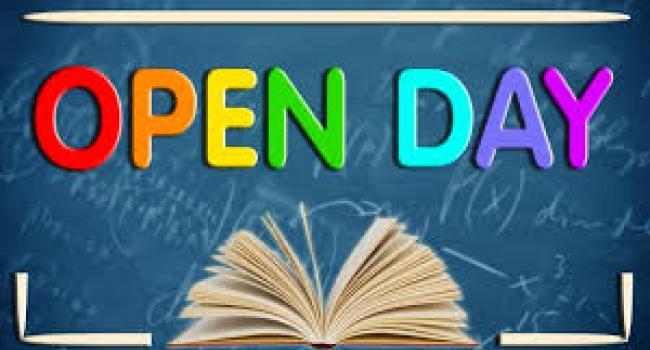"""scritta """"open day"""" sopra l'immagine di libro aperto"""