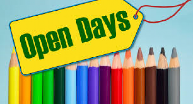 """Serie di matite colorate con davanti la scritta """"open day"""""""