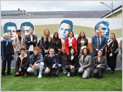 Immagine del murales con gli autori (studenti del Klee) e gli ospiti dell'inaugurazione