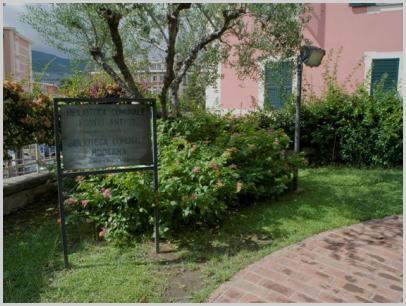 Giardino esterno e targa biblioteca