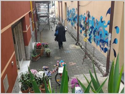 """In uscita dalla biblioteca (murales realizzato dai ragazzi - """"Colorinscena"""")"""