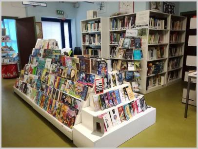 La vetrina delle proposte di lettura in biblioteca