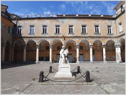 Immagine relativa al Liceo Colombo-frontale statua Colombo