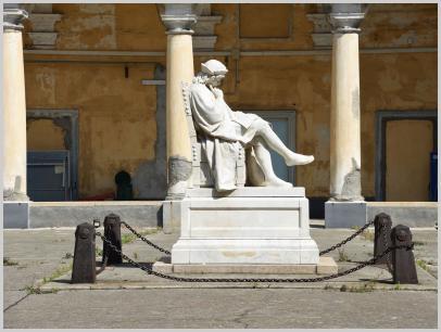 Immagine relativa al Liceo Colombo-lato statua Colombo