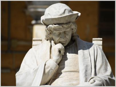 Immagine relativa al Liceo Colombo-dettaglio statua Colombo